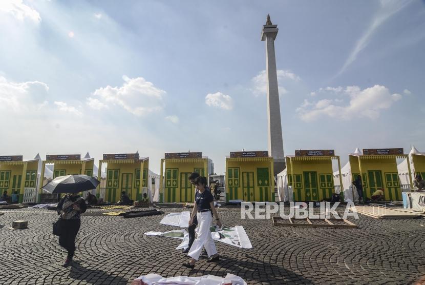 Persiapan Lebaran Betawi Monas. Suasana  pembuatan replika rumah adat betawi di kawasan Monumen Nasional, Jakarta Pusat, Kamis (18/7).