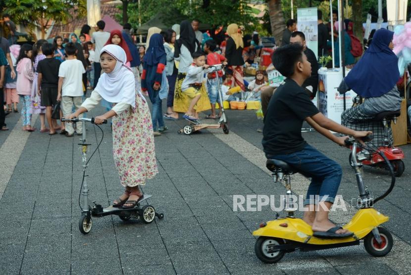 Anak-anak menikmati bermacam permainan di kawasan Masjid Pusdai, Kota Bandung, Selasa (7/5).