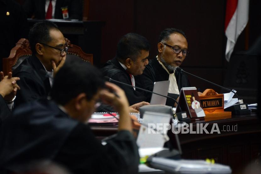 Kuasa hukum calon presiden dan wakil presiden nomor urut 02 selaku pemohon, Bambang Widjojanto, saat mengikuti sidang perdana perselisihan hasil pemilihan umum (PHPU) pilpres 2019 di gedung Mahkamah Konstitusi, Jakarta, Jumat (14/6).