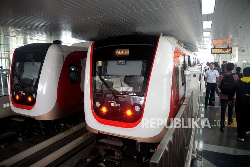 Sejumlah warga mengikuti uji coba publik pengoperasian Light Rail Transit (LRT) fase I rute Kelapa Gading-Velodrome di Jakarta, Selasa(11/6).