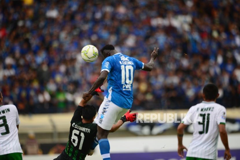 Striker Persib Bandung Ezechiel Ndouasel mencetak gol ke gawang Persiwa Wamena pada pertandingan leg kedua Piala Indonesia babak 32 besar antara Persib Bandung melawan Persiwa Wamena di Stadion si Jalak Harupat, Soreang, Senin (11/2).