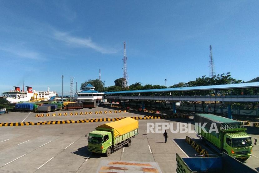 Sejumlah truk yang akan menyeberang ke Sumatera antre menunggu kedatangan kapal roro di Pelabuhan Merak, Banten, Jumat, (3/5).