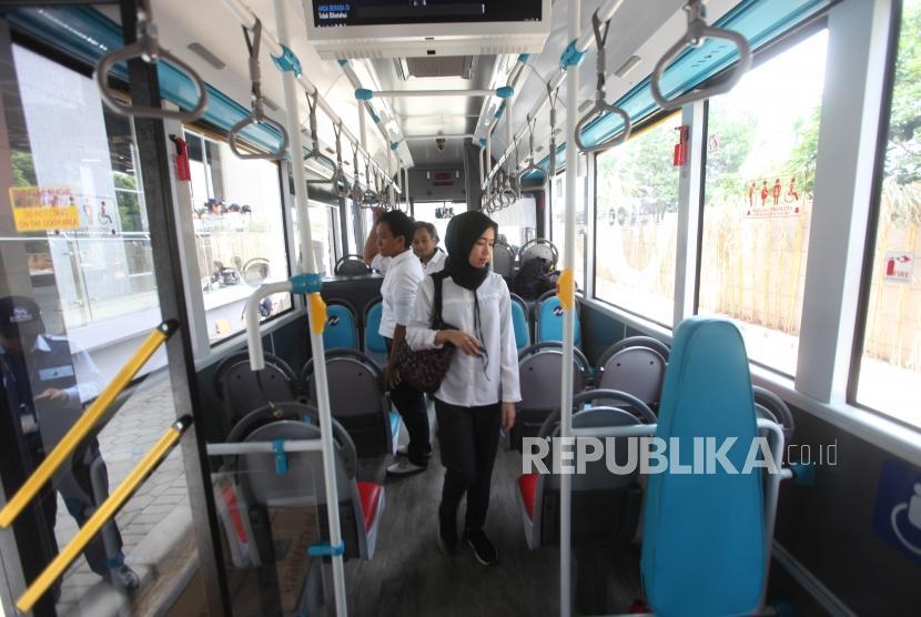 Penumpang mencoba bus Metrotrans Transjakarta.