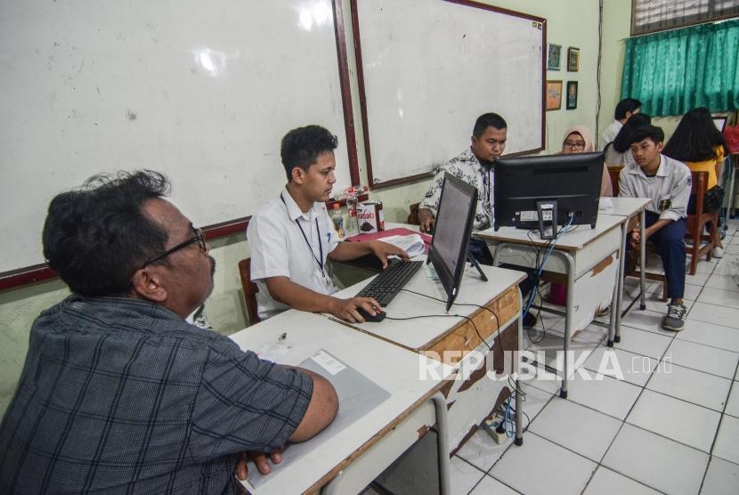Pendaftaran PPDB online SMA.Sejumlah orang tua dan Calon Siswa mendaftar Penerimaan Peserta Didik Baru (PPDB) 2019 tingkat SMA-SMK di SMAN 2 Bekasi, Jawa Barat, Senin (17/6).