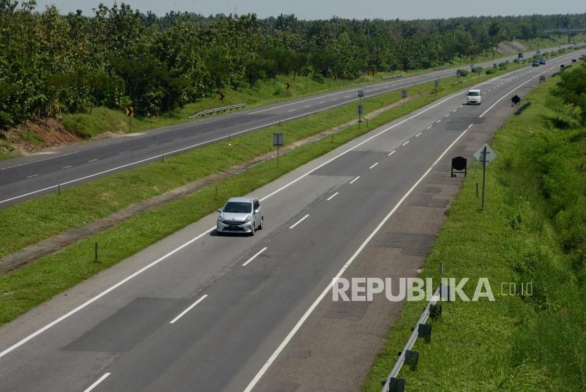 Sejumlah kendaraan melintasi Jalan Tol Cipali, Kabupaten Indramayu, Jawa Barat, Selasa (7/5).