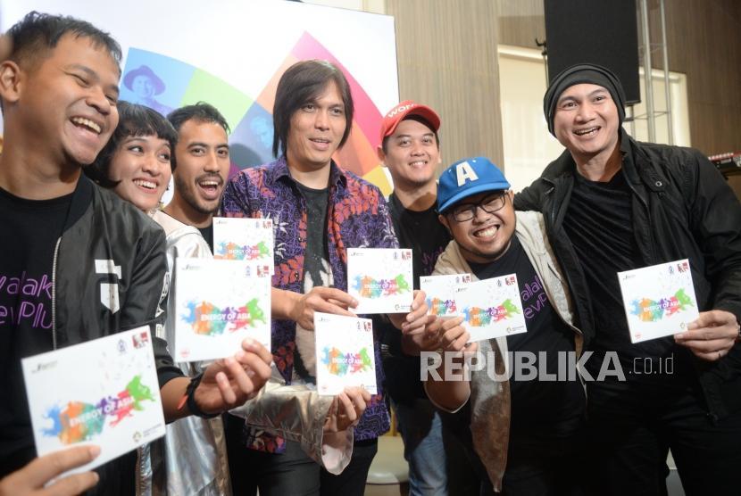 Peluncuran Album Musik Asian Games 2018. Musisi pengisi almbum menunjukan album musik Asian Games 2018 saat peluncuran di Jakarta, Kamis (19/7).