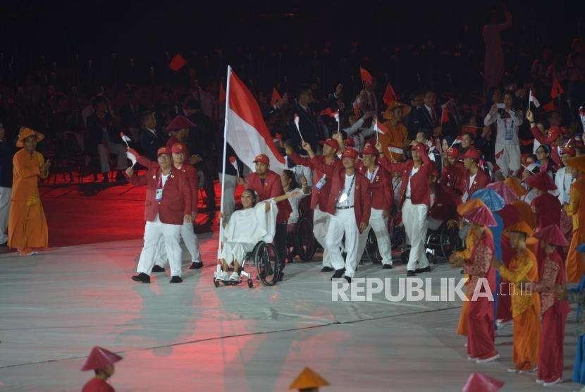 Defile atlet peserta Asian Para Games dari Indonesia memasuki lapangan utama saat pembukaan Asian Para Games ke 3 di Stadion Utama Gelora Bung Karno Jakarta, Sabtu (6/10) Malam.