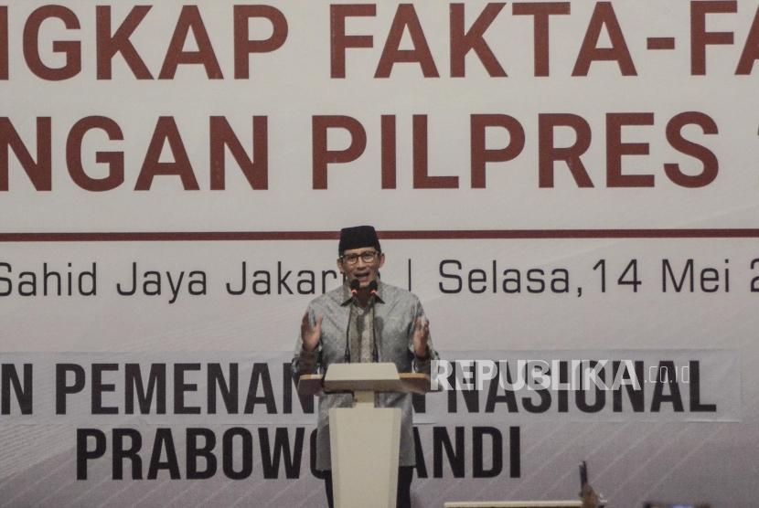 Cawapres nomor urut 2 Sandiaga Uno berpidato saat acara melakukan pengungkapan fakta-fakta kecurangan pilpres 2019 oleh tim BPN (Badan Pemenangan Nasional) di Jakarta Pusat, Selasa (14/5).