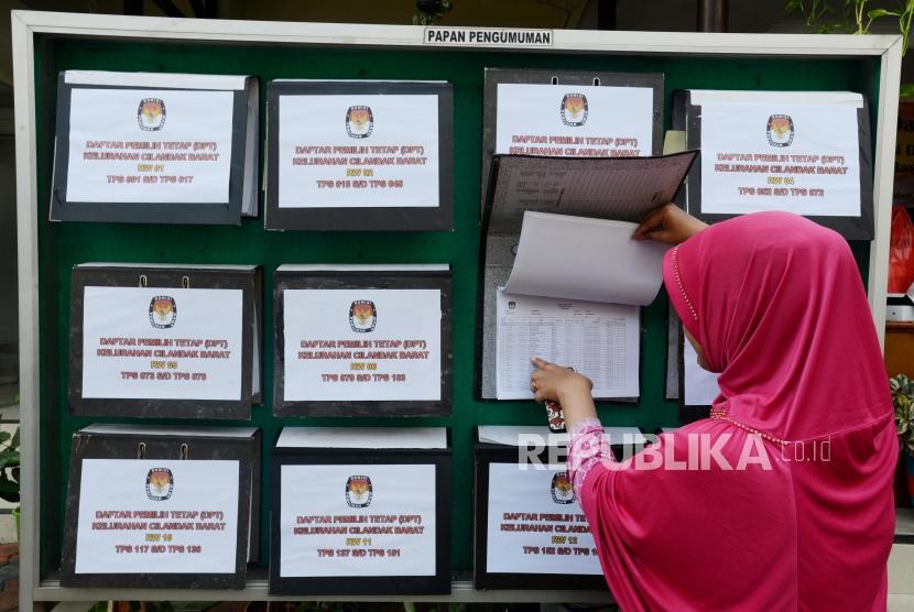Warga melakukan pengecekan Daftar Pemilih Tetap (DPT) Pemilu 2019