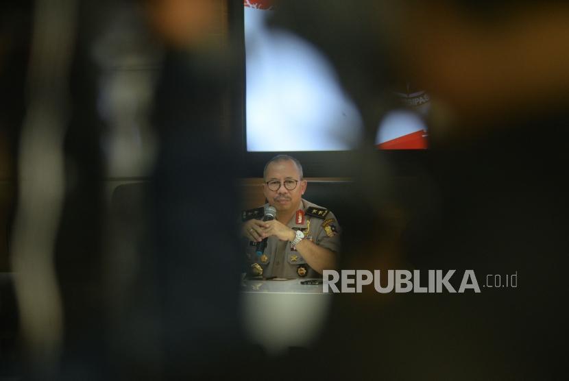 Kadiv Humas Polri Irjen Pol Setyo Wasisto memberikan keterangan pers mengenai penyergapan teroris. di Mabes Polri, Jakarta, Ahad (13/5).