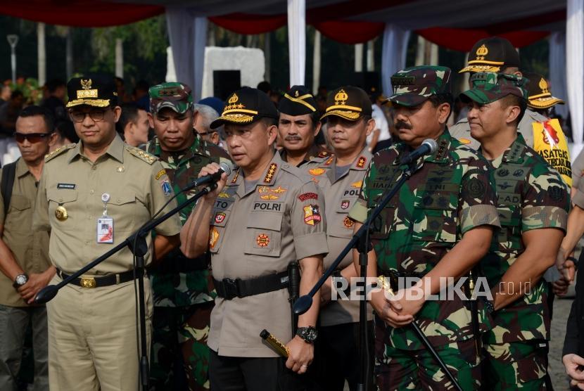 Kapolri Jenderal Tito Karnavian bersama Panglima TNI Marsekal Hadi Tjahjanto dan Gubernur DKI Jakarta Anies Baswedan memberikan keterangan usai melaksanakan apel bersama di Monas, Jakarta, Kamis (13/6).