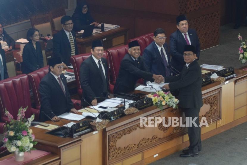 Revisi UU Terorisme. Ketua Pansus RUU Anti-Terorisme Muhammad Syafii (kanan) menyerahkan berkas laporan pembahasan RUU kepada pimpinan DPR pada Rapat Paripurna di Kompleks Parlemen Senayan, Jakarta, Jumat (25/5).