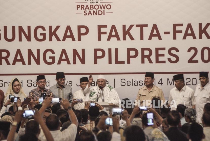 Sejumlah Tim relawan BPN (Badan Pemenangan Nasional) bersama Capres Prabowo Subianto dan Cawapres Sandiaga Uno saat melakukan pengungkapan fakta-fakta kecurangan pilpres 2019 di Jakarta Pusat, Selasa (14/5).