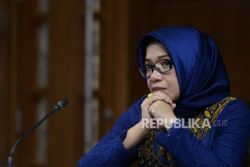 Keterangan Saksi Meringankan. Terdakwa kasus suap PLTU Riau-1 Eni Maulani Saragih mencermati keterangan saksi saat sidang lanjutan di Pengadilan Tipikor, Jakarta, Selasa (15/1/2019).