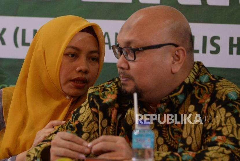 Komisioner KPU Ilham Saputra (kanan) berbincang dengan Direktur Eksekutif Perludem Titi Anggraini disela diskusi publik di Gedung Pusat Dakwah Muhammadiyah, Jakarta, Selasa(4/9).