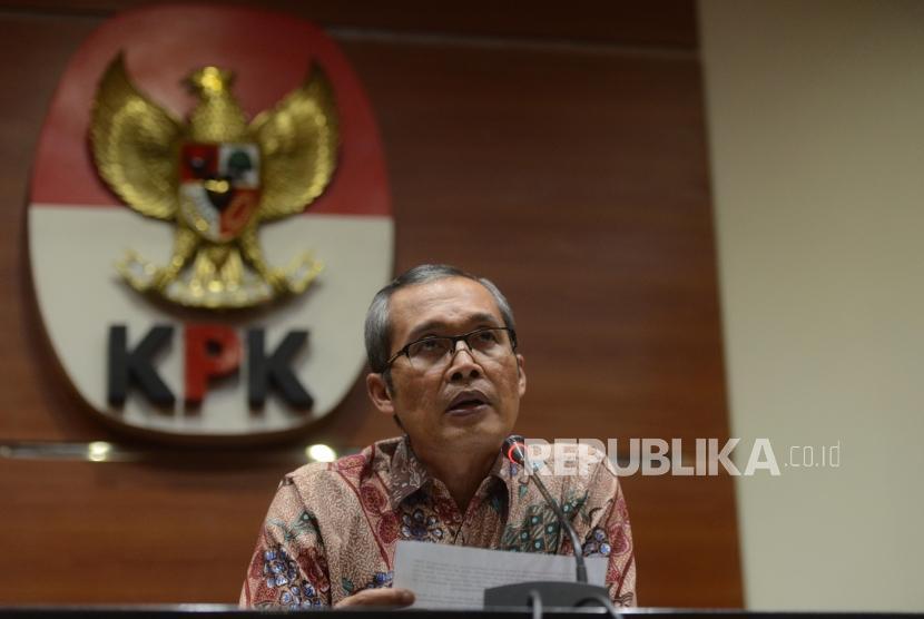 Wakil Ketua KPK Alexander Marwata bersama Juru Bicara KPK Febri Diansyah memberikan keterangan terkait kasus Operasi Tangkap Tangan (OTT) di Cirebon saat konferensi pers di Gedung KPK, Jakarta, Kamis (25/10).