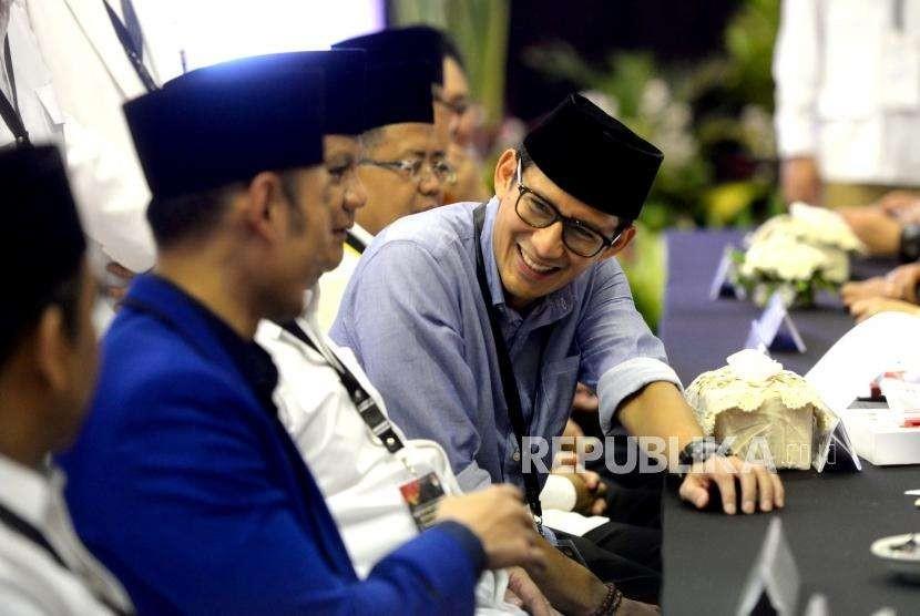 Pendaftaran Calon Presiden Prabowo. Pasangan Capres-Cawapres Sandiaga Uno (tegah kiri) saat menyerahkan berkas pendaftaran kepada Ketua KPU Arief Budiman (kedua kanan) di KPU Pusat, Jakarta, Jumat (10/8).
