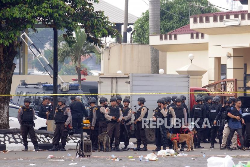 Sejumlah petugas Brimob berjaga pasca kericuhan yang terjadi di Rutan cabang Salemba di Mako Brimob, Kelapa Dua, Depok, Jawa Barat, Rabu (9/5).