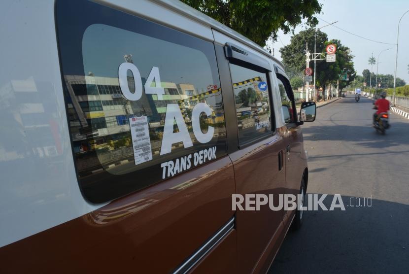 Angkutan umum berfasilitas air conditioner (ac) di Jalan Pasar Minggu, Jakarta, Jumat (11/5).