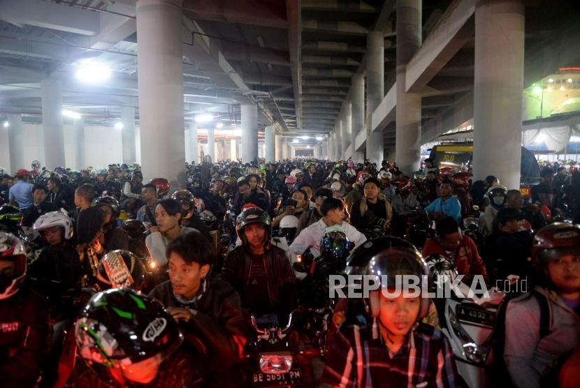 Lebaran travellers using two-wheelers are waiting to depart at Merak Port, Banten, Sunday (June 10) dawn.