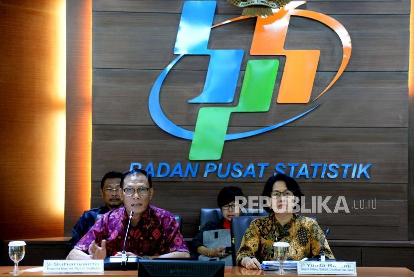 Kepala Badan Pusat Statistik (BPS) Suhariyanto (Kiri) didampingi Diputi Bidang Statistik Distribusi dan Jasa Yunita Rusanti ketika mengumumkan perkembangan ekspor dan impor Indonesia di Kantor BPS, Jakart,Senin (17/12).