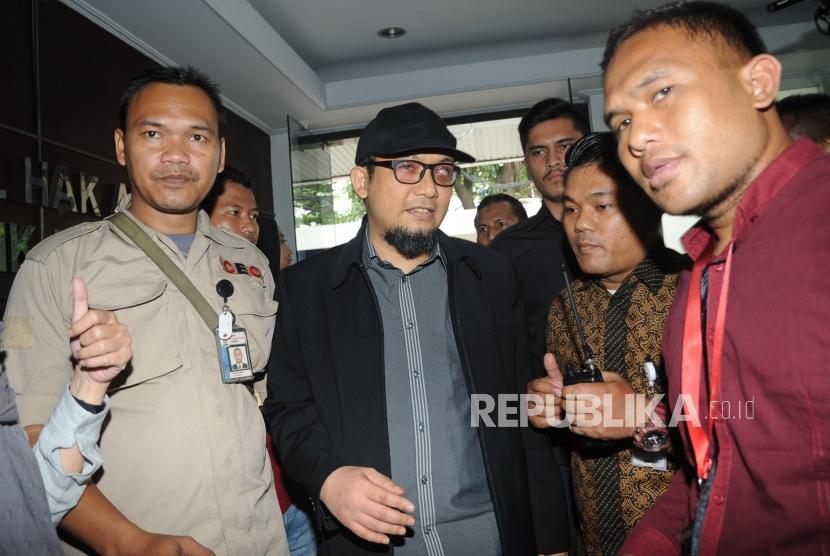 Penyidik Komisi Pemberantasan Korupsi (KPK) Novel Baswedan (tengah).