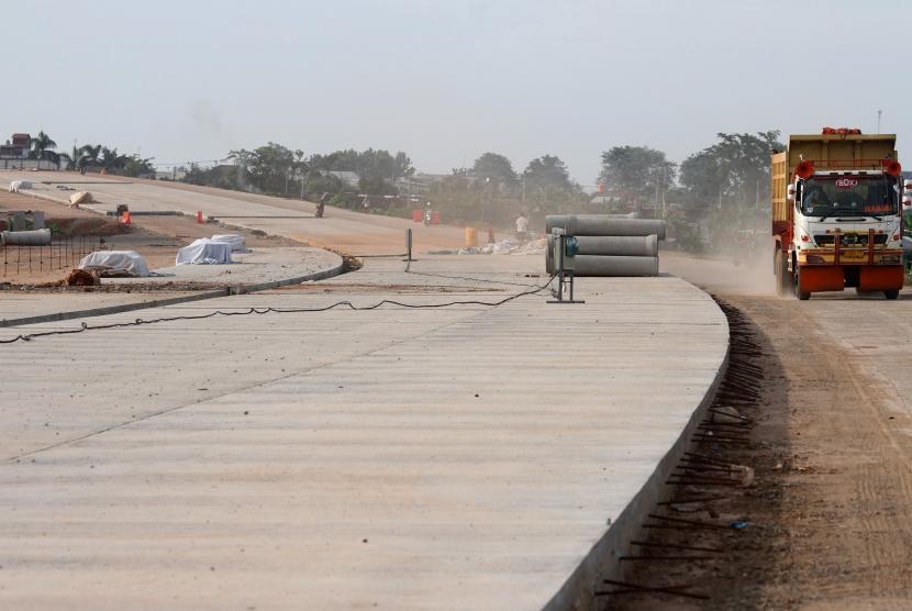 Pekerja beraktivitas di area proyek pembangunan jalan Tol Cibitung-Cilincing, di kawasan Cibitung, Kabupaten Bekasi, Jawa Barat, Rabu (27/2/2019).