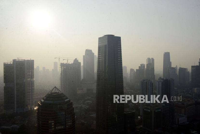 Suasana gedung bertingkat yang diselimuti asap polusi di Jakarta, Rabu (31/7).