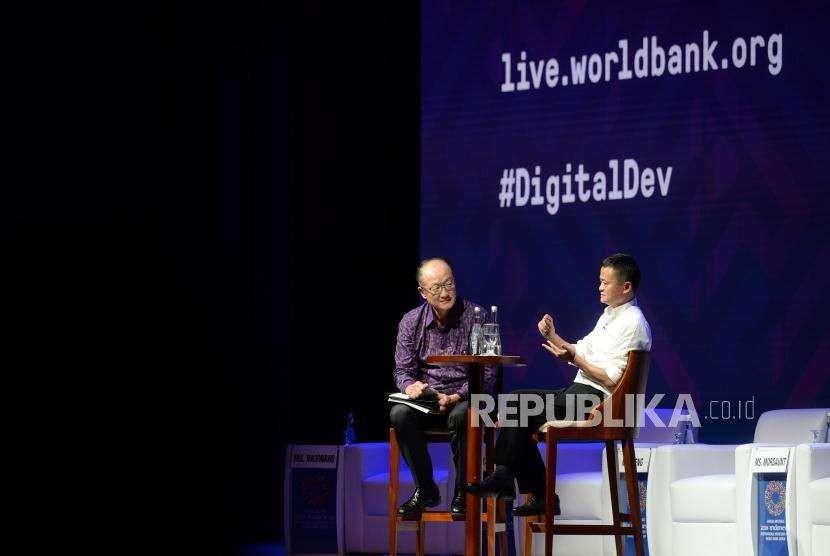 Perkembangan dan Inovasi Digital Ekonomi. Presiden Bank Dunia Yong Kim (kiri) bersama pendiri Alibaba Group Jack Ma menjadi nara sumber saat diskusi di sela Pertemuan Tahunan IMF - Bank Dunia 2018 di Nusa Dua, Bali, Jumat (12/10).