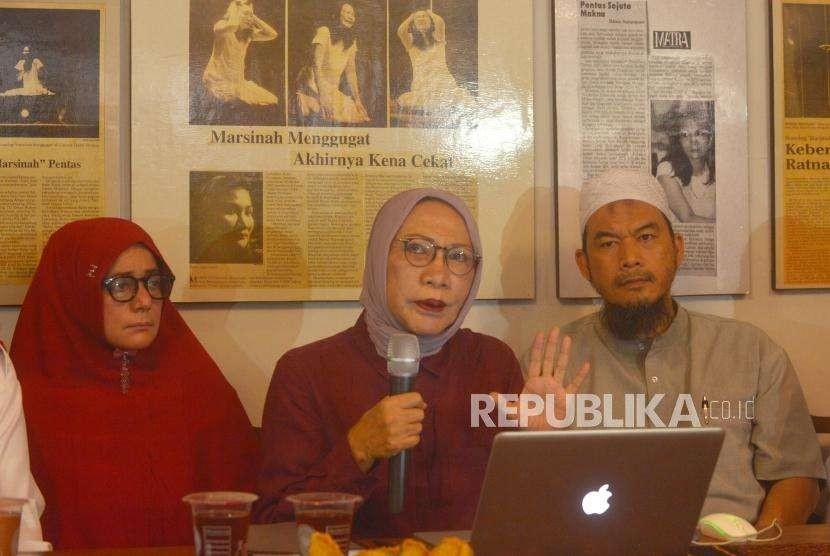 Aktivis Kemanusiaan, Ratna Sarumpaet(tengah) memberikan keterangan kepada media terkait pemberitaan penganiyaan terhadap dirinya di kediaman Ratna Srumpaet, Jakarta, Rabu (3/10).