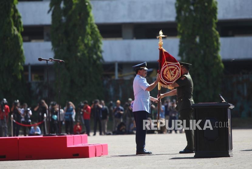 Mantan Panglima TNI Jenderal TNI Gatot Nurmantyo (kanan) meyerahkan bendera kepada Panglima TNI Marsekal TNI Hadi Tjahjanto (kiri) saat upacara serah terima jabatan (sertijab) Panglima TNI di Mabes TNI, Cilangkap Jakarta, Sabtu (9/12).