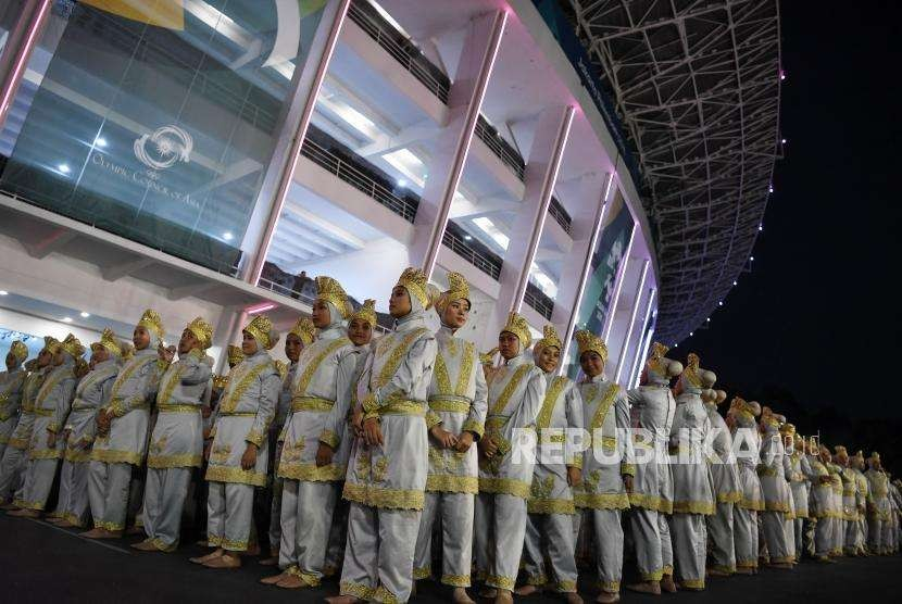Ratusan Penari  bersiap tampil dalam pembukaan Asian Games ke 12  di  Stadion Utama  Gelora Bung Karno Jakarta, Sabtu (18/8).