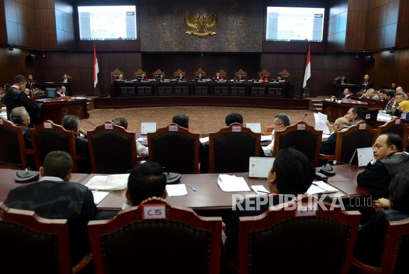 Suasana sidang perdana perselisihan hasil pemilihan umum (PHPU) pemilihan presiden (pilpres) 2019 di gedung Mahkamah Konstitusi, Jakarta, Jumat (14/6).