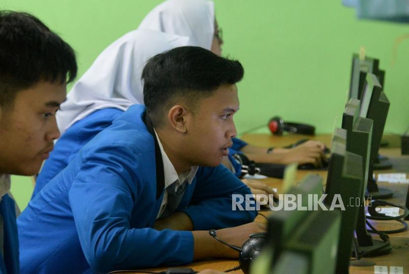 Sejumlah siswa mengikuti Ujian Nasional Berbasis Komputer (UNBK) di Sekolah Menengah Kejuruan (SMK) Negeri 47 Jakarta, Senin (25/3).