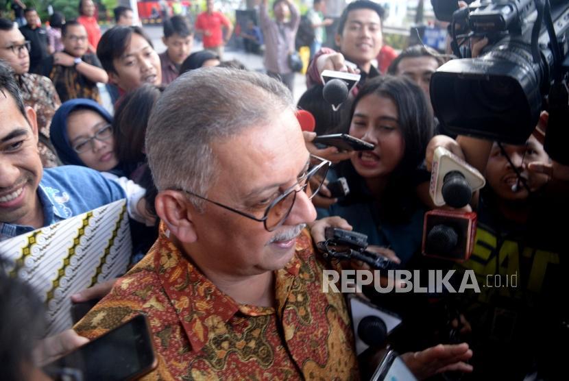 Mantan Direktur Utama PLN Sofyan Basir usai menjalani pemeriksaan di gedung KPK, Jakarta, Senin (6/5).