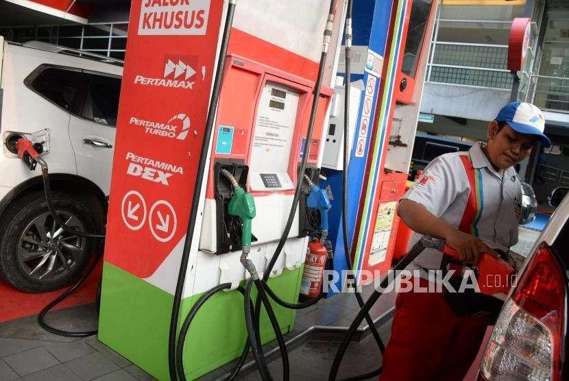 Petugas mengisi BBM jenis Pertamax Turbo ke kendaraan konsumen di SPBU Kuningn, Jakarta, Rabu (10/10).