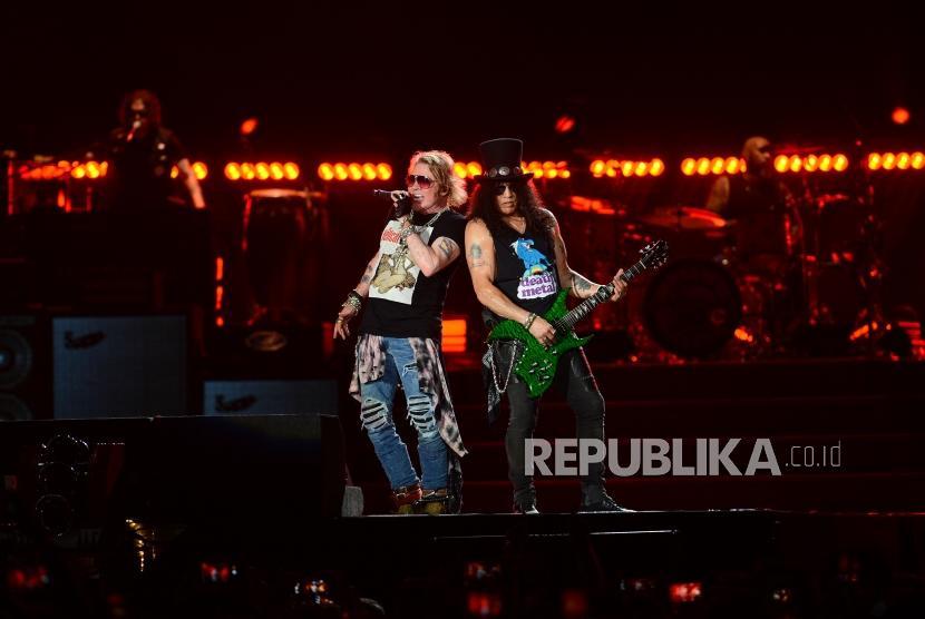 Vokalis grup band Guns N Roses Axl Rose (kiri) bersama gitaris Slash beraksi saat menggelar konser bertajuk Not In This Lifetime Tour di Stadion Utama Gelora Bung Karno, Senayan, Jakarta, Kamis (8/11).
