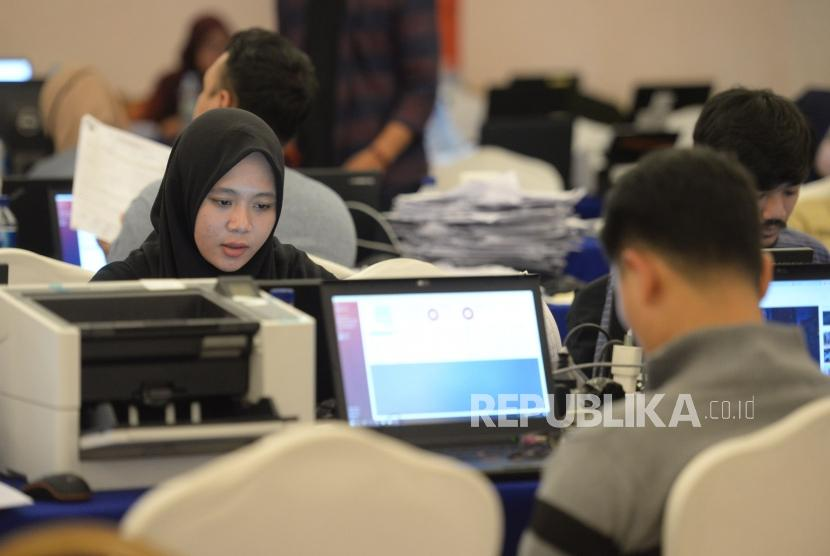 Relawan mengentri data dan pindai form C1 hitung cepat berbasis aplikasi Sistem Informasi Penghitungan Suara (SITUNG) Pemilu.