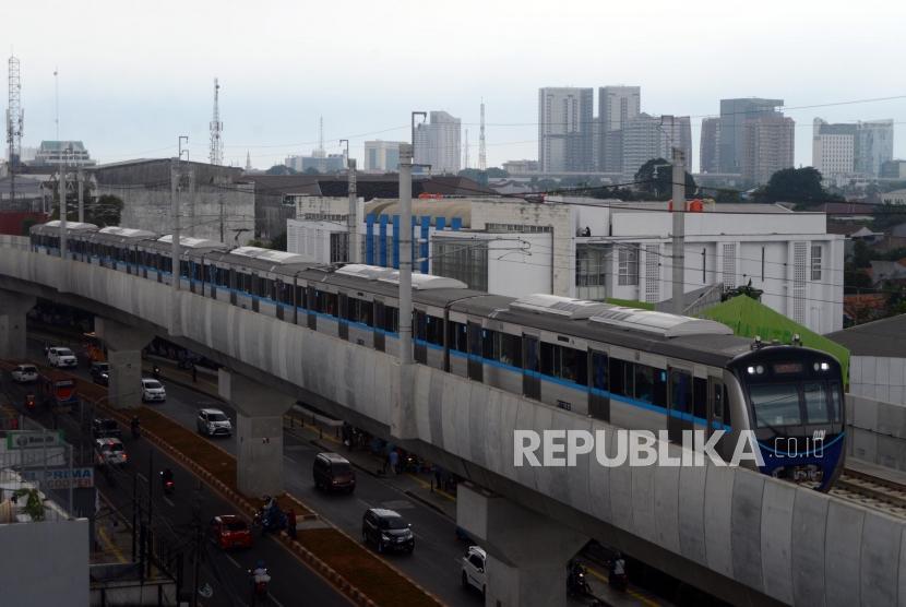MRT. Kereta MRT melintas saat uji coba publik pengoperasian MRT fase I Koridor Lebak Bulus-Bundaran HI di Jakarta, Rabu (20/3).