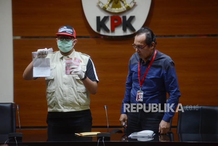Wakil Ketua KPK Saut Situmorang beserta penyidik memperlihatkan barang bukti saat konferensi pers terkait kasus dugaan suap Tindak Pidana Korupsi memberikan atau menerima hadiah atau janji terkait pengadaan barang dan jasa di PT Krakatau Steel (Persero) Tahun 2019di Gedung Merah Putih KPK, Jakarta, Sabtu (23/3).