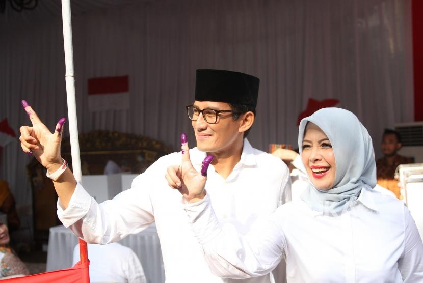 Sandiaga Uno menggunakan hak pilih. Calon wakil presiden nomor 02 Sandiaga Uno bersama istri, Nur Aisa Uno, menunjukkan tanda tinta seusai menggunakan hak pilih pada Pemilu 2019 di TPS 02, Kebayoran Baru, Jakarta, Rabu (17/4).