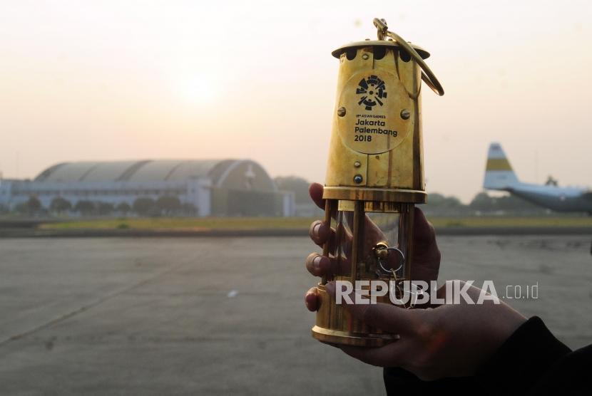 Alat untuk membawa api obor Asian Games 2018 diperlihatkan usai acara pelepasan tim torch relay di Lanud AU Halim Perdana Kusuma, Jakarta, Sabtu (14/7).