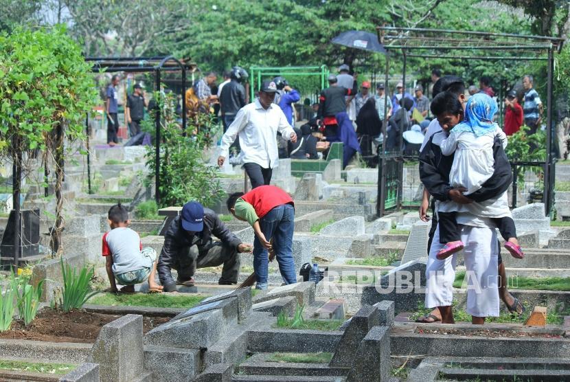 Aktivitas masayarakat melakukan ziarah kubur di TPU Cikutra, Kota Bandung, Rabu (16/5).