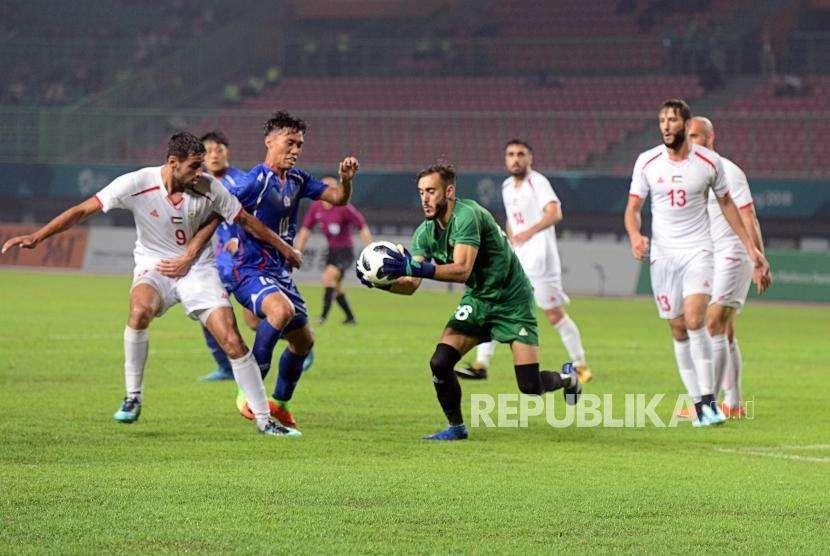 Kiper Timnas Palestina Hamada Rami menangkap bola saat melawan Timnas Taiwan pada babak penyisihan Grup A cabang sepak bola Asian Games 2018 di Stadion Patriot, Bekasi, Jawa Barat, Jumat (10/8).