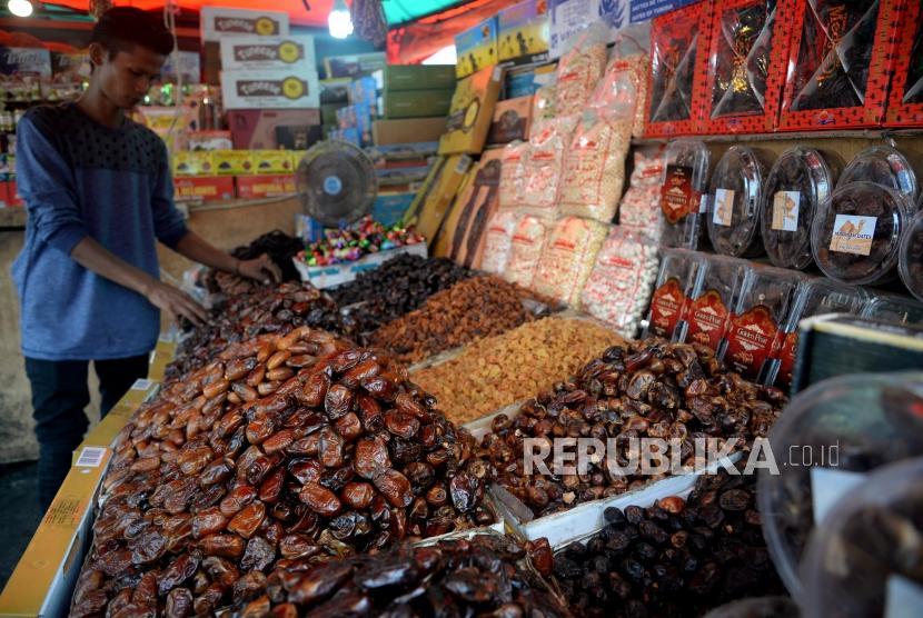 Pedagang menata buah Kurma dagangannya di kawasan Tanah Abang, Jakarta, Selasa (14/5).