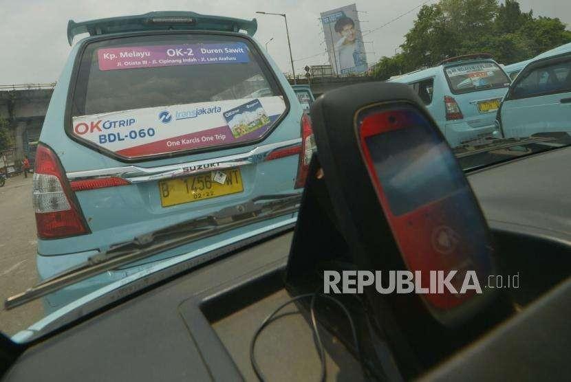 Mobil angkutan umum jurusan Kampung Melayu- Duren Sawit  berstiker Ok Otrip di terminal Kampung Melayu, Jakarta Timur, Selasa (2/10).