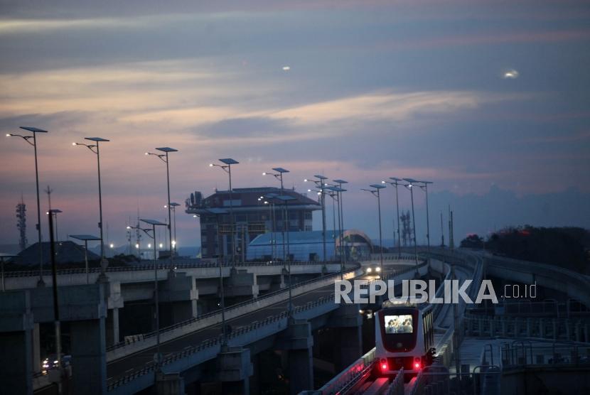 Skytrain melintas di terminal 3 Bandara Soekarno-Hatta, Jakarta, Selasa (26/12).