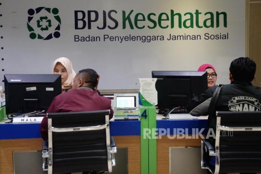 Petugas melayani warga di kantor Badan Penyelanggara Jaminan Sosial (BPJS) Kesehatan KCU Jakarta Pusat. (ilustrasi)