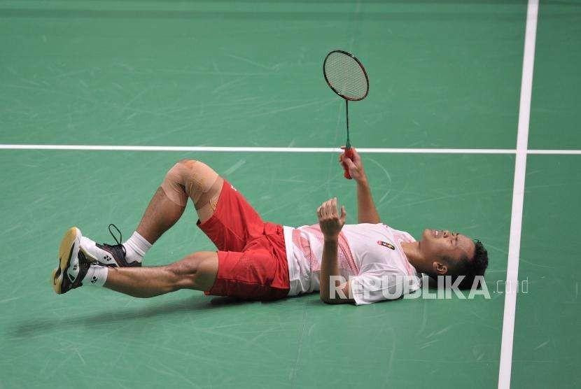 Pebulutangkis Indonesia Anthony Sinisuka Ginting mengalami cidera pada pertandingan final cabang bulutangkis nomor beregu putra Asian Games 2018 melawan Cina di Stadion Istora Senayan, Jakarta, Rabu (22/8).