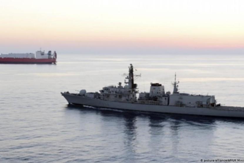 Inggris Sebut Iran Coba Hentikan Tanker Komersialnya di Selat Hormuz